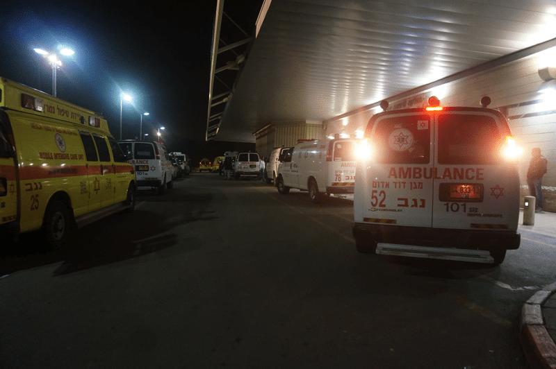 سيارات اسعاف عديدة وصلت الى مستشفى سوروكا مع مصابين من جنازة الجعار 18.01.2015